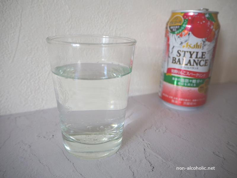 スタイルバランス完熟りんごスパークリング グラスに注いだところ